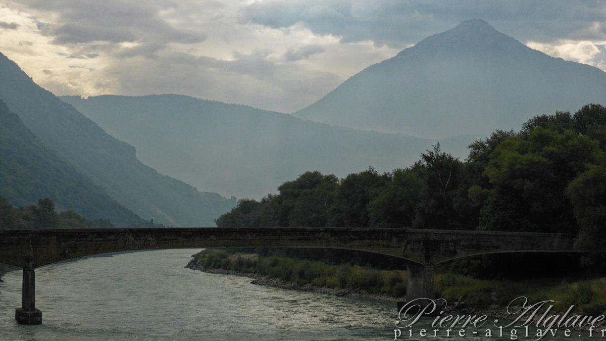 Passerelle sur le Rhône après Dorenaz