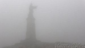 Saint-Bernard se cache dans la brume