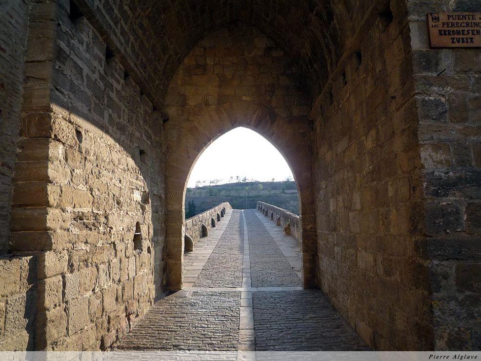 Puente la Reina : porte de sortie vers le pont