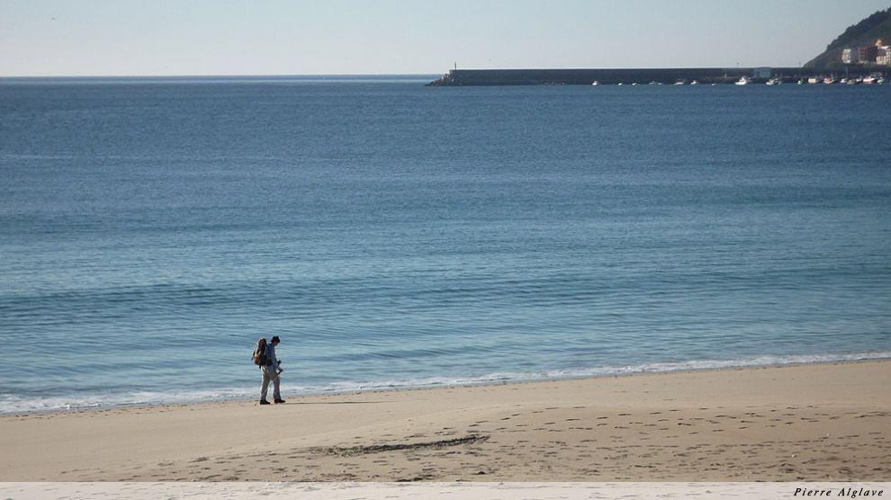 Pèlerin longeant la mer