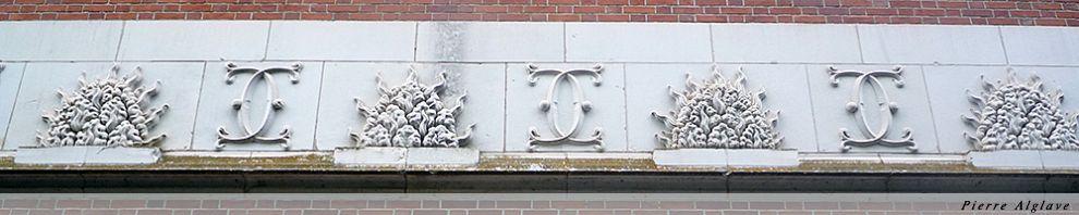 Frises sur le mur extérieur des écuries du château de Chaumont