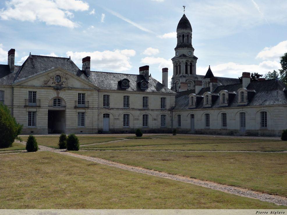Château des Ormes - Dans le fond l`église du bourg