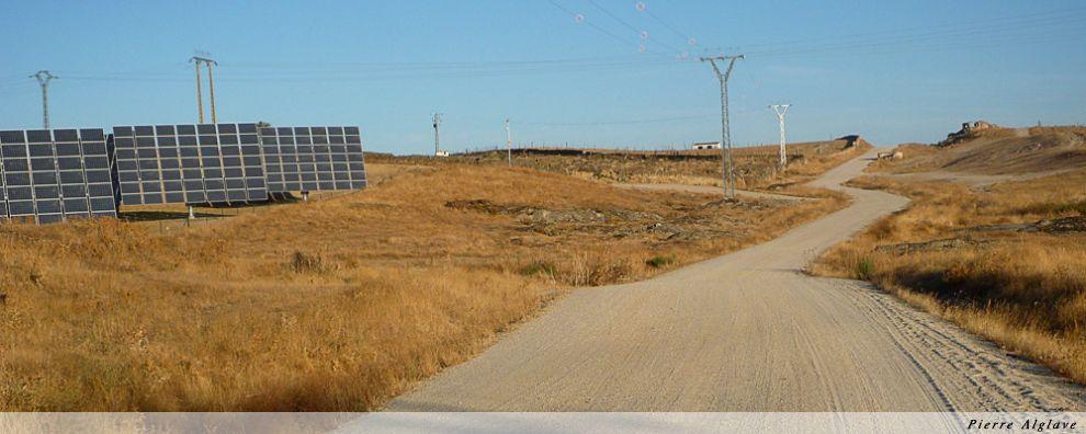 Champs de panneaux solaire sur le Chemin