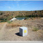 Borne Hito sur le Chemin - Au loin la embalse de El Boqueron