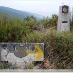 Borne sculpture et borne galicienne : plus que 246,244 km pour arriver à Saint-Jacques